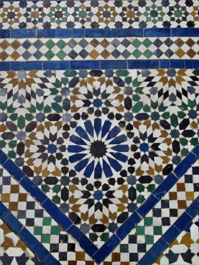 Tuiles marocaines blanches et bleues traditionnelles photos stock