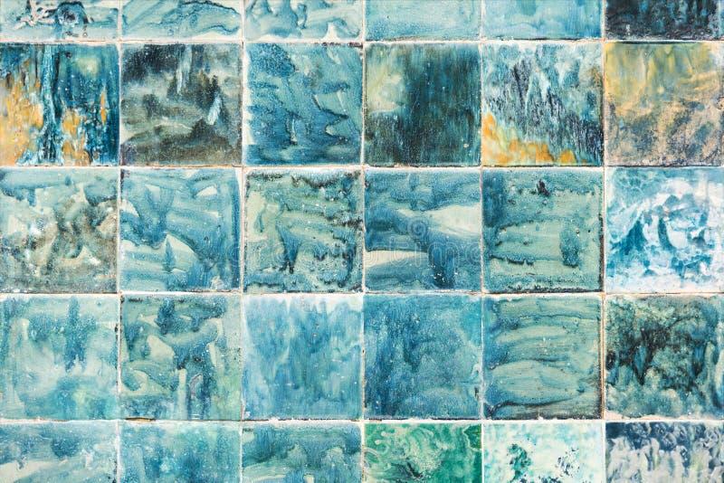 Tuiles peintes à la main dans des couleurs bleues et vertes abrégez le fond images libres de droits