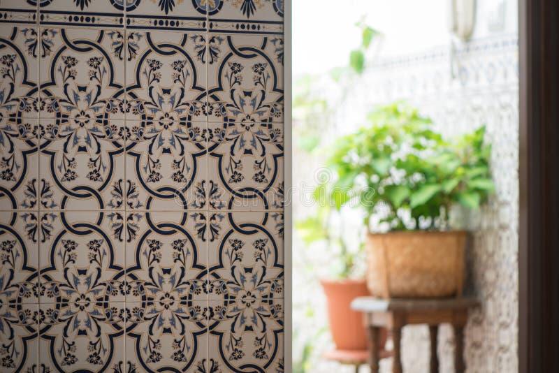 Tuiles portugaises de mur intérieur d'Azulejos dans Tavira, Portugal Les azulejos décoratifs traditionnels murent les carreaux de photos stock