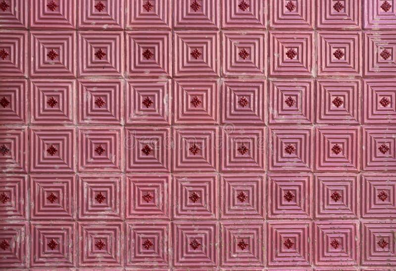 Tuiles roses sur la façade portugaise photographie stock libre de droits