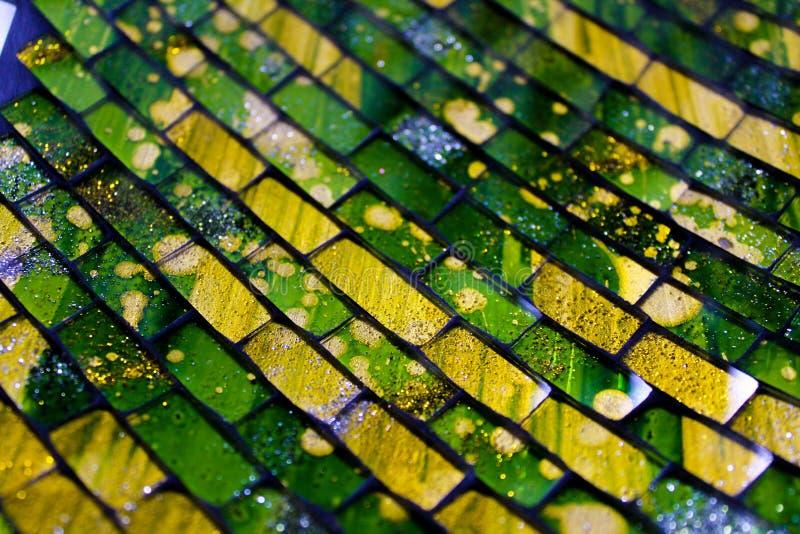 Tuiles vertes et jaunes en céramique vibrantes sur le plat arabe de style de Grenade image libre de droits