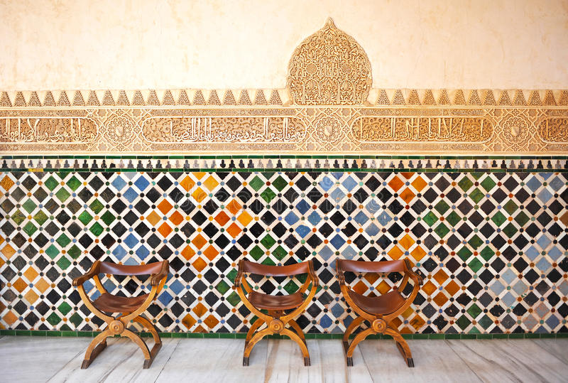 Tuiles vitrées, azulejos, chaises médiévales, palais d'Alhambra à Grenade, Espagne photos stock