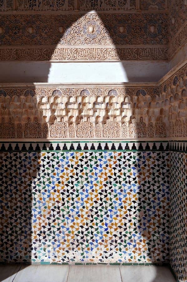 Tuiles vitrées, azulejos, plâtre, palais d'Alhambra à Grenade, Espagne images stock