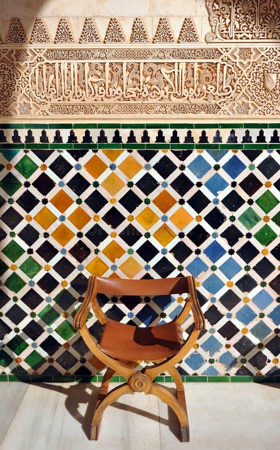 Tuiles vitrées, azulejos, plâtre, palais d'Alhambra à Grenade, Espagne image stock