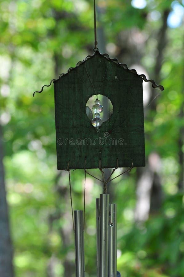 Tuin Art Bird House met Groene Achtergrond royalty-vrije stock afbeeldingen