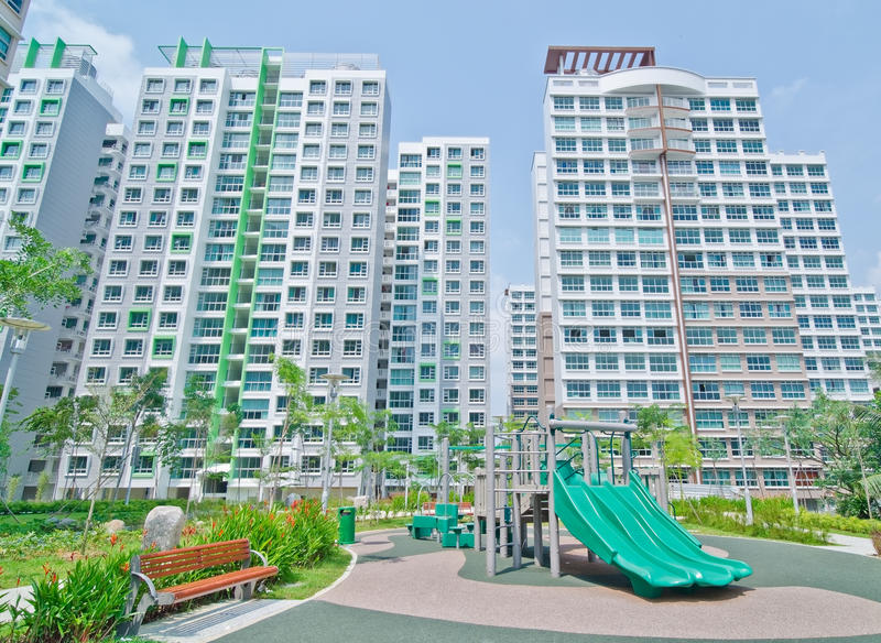 Tuin binnen high-rise woonlandgoed stock fotografie
