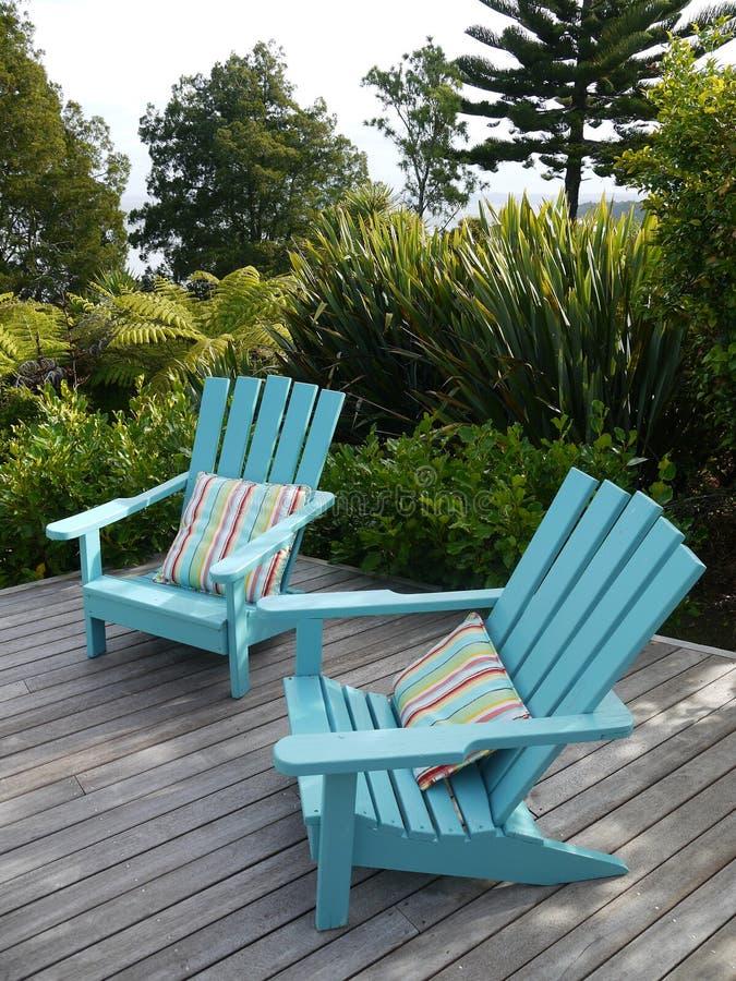 Tuin: blauwe stoelen op houten dek stock afbeeldingen