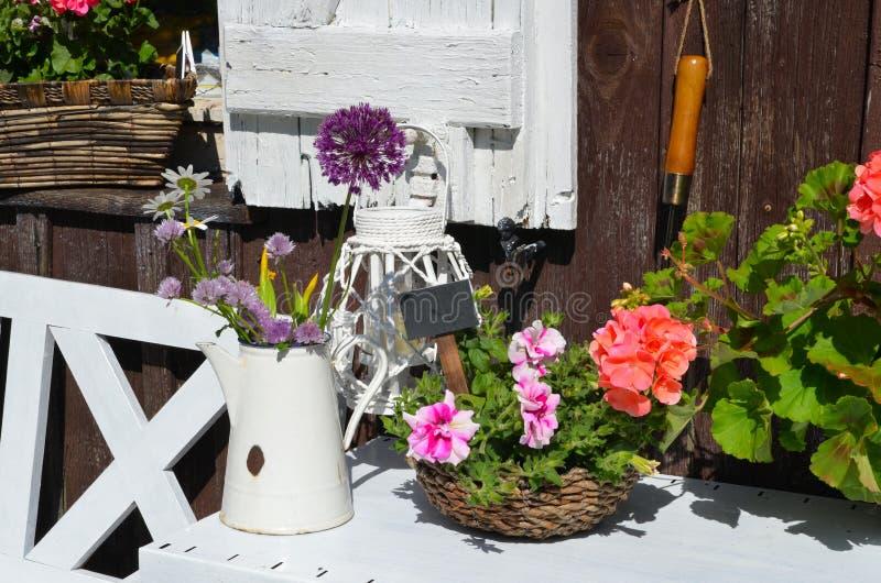 Het Plattelandshuisje van de tuin in de zomer royalty-vrije stock afbeelding