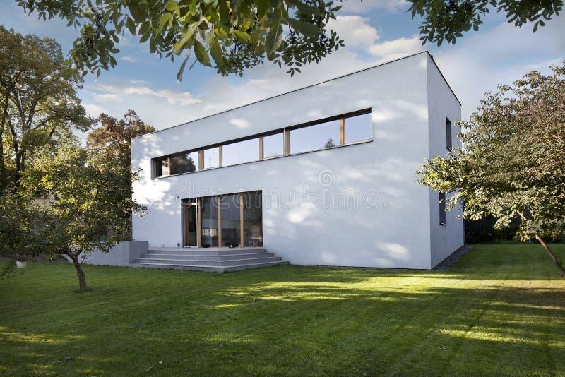 Tuin en nieuw wit familiehuis royalty-vrije stock foto