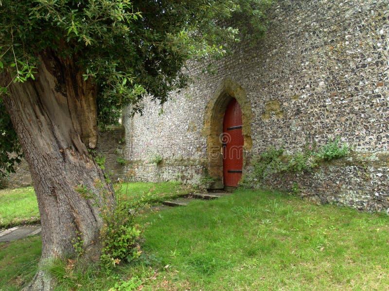 Tuin en Rode Deur royalty-vrije stock afbeelding
