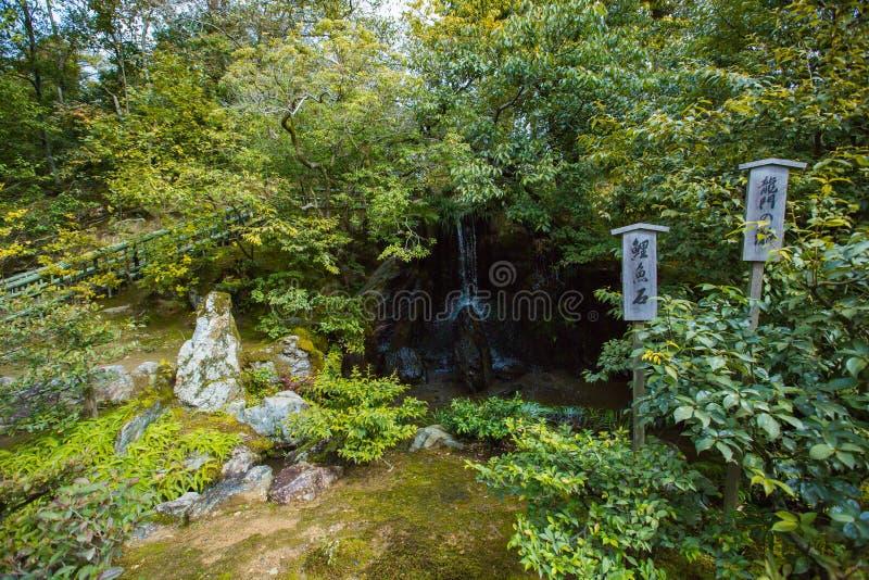 Tuin en waterval in tempel Kinkaku -kinkaku-ji in Kyoto, Japan stock foto