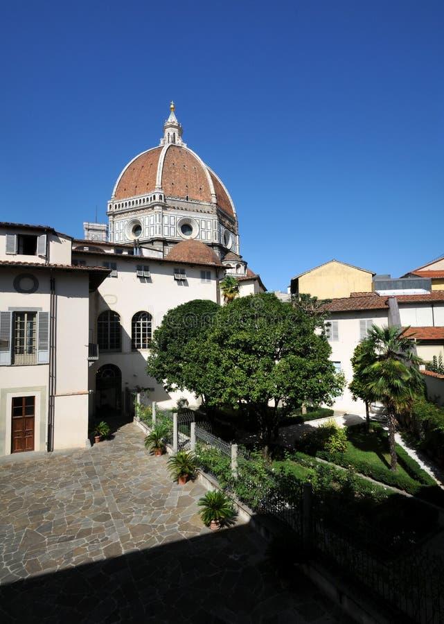 Tuin in het centrum van Florence en de Kathedraal van Santa Maria del Fiore Duomo di Firenze op achtergrond stock afbeeldingen