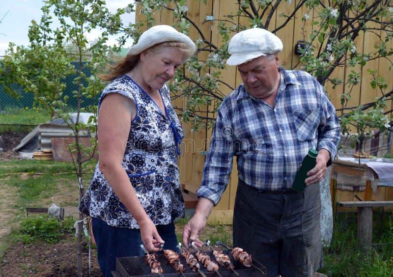 Tuin, mensen, oudste, vrouw, in openlucht, familie, het tuinieren, paar, oude landbouwer, aard, het lopen, kind, jongelui, mannen stock foto's