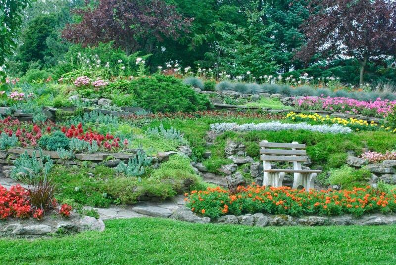 Tuin met bloembedden, installaties in een park royalty-vrije stock afbeelding