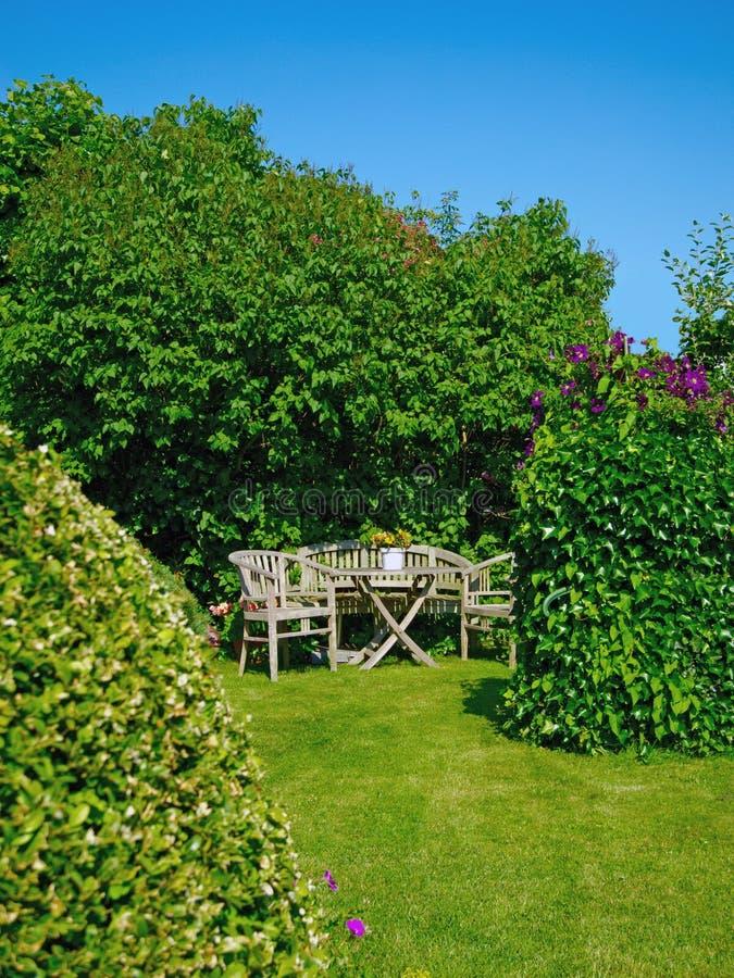 Tuin met meubilair royalty-vrije stock afbeeldingen
