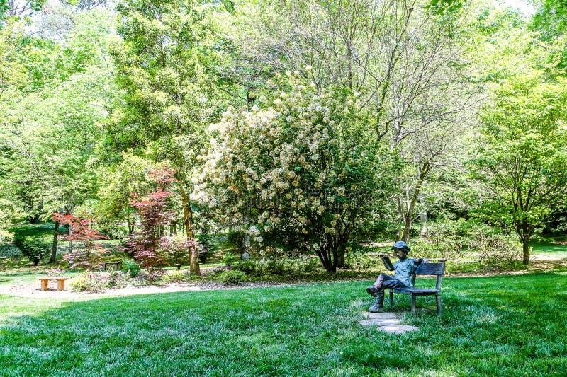 Tuin met Standbeeld van Jongen op Bank royalty-vrije stock afbeelding