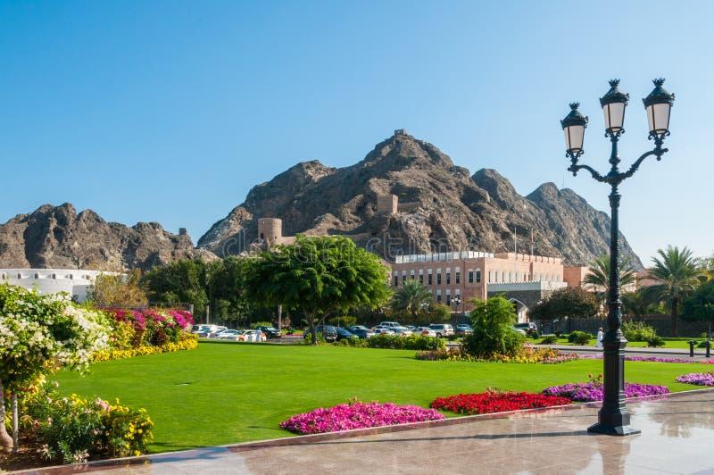 Tuin van Al Alam Palace van Sultan Qaboos-bak Bovengenoemd in Muscateldruif, Oman stock afbeeldingen