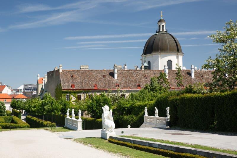 Tuin van Belvedere Paleis en de Salesianer-kerk in Wenen royalty-vrije stock afbeelding