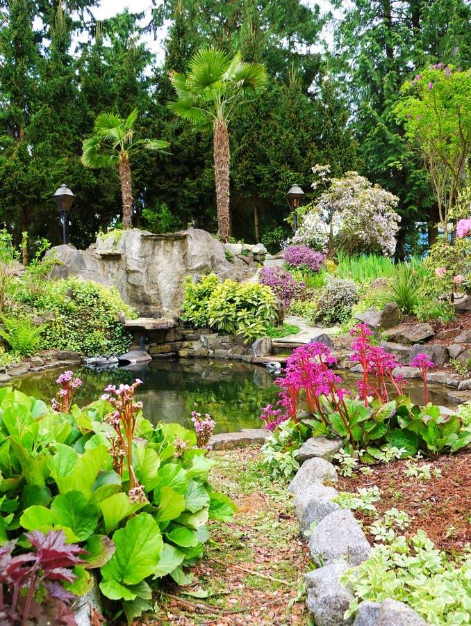 Tuin van het het huislandschap van het Noordwesten van de lente de Amerikaanse. royalty-vrije stock fotografie