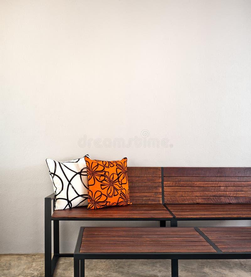 Tuinbank als binnenlands meubilair stock foto
