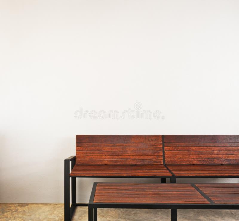 Tuinbank als binnenlands meubilair stock afbeelding