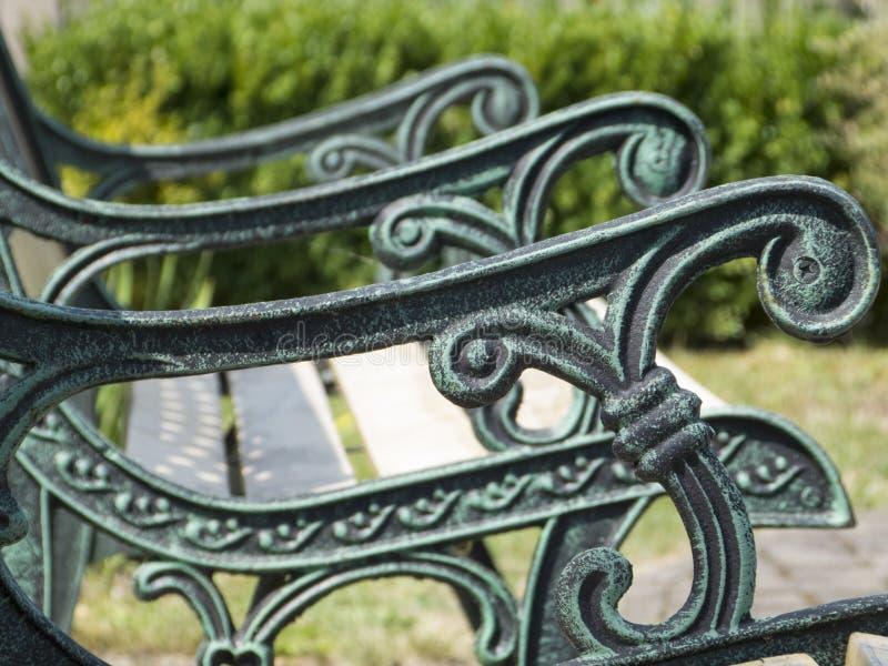 Tuinbank met ornamenten stock afbeelding
