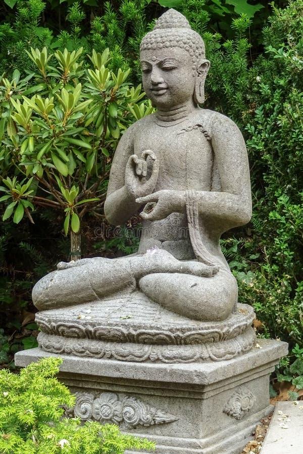 Tuinbeeldhouwwerk van het jonge mediteren van zittingsboedha stock foto's