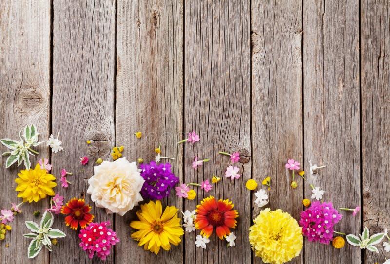 Tuinbloemen over hout royalty-vrije stock afbeeldingen
