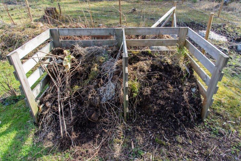 Tuincompost half volledig van nieuwe grond royalty-vrije stock foto