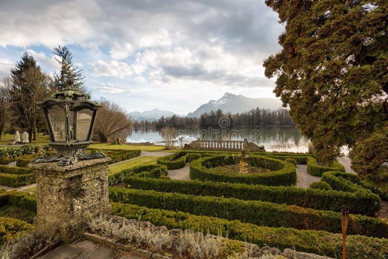 Tuinen bij een meer tijdens zonsondergang royalty-vrije stock fotografie