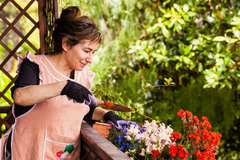 Tuinierende dame royalty-vrije stock afbeeldingen