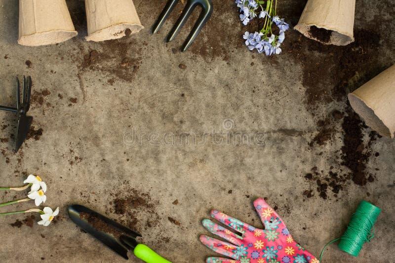 Tuininventaris aan boord met Grond stock foto's