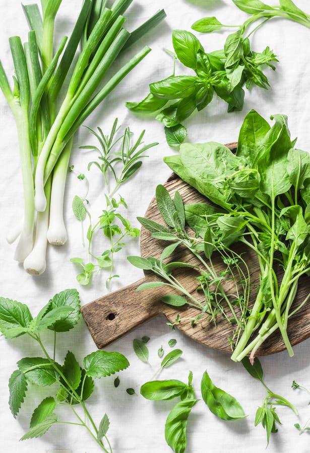 Tuinkruiden - spinazie, basilicum, thyme, rozemarijn, salie, munt, ui, knoflook op een lichte achtergrond, hoogste mening De vers royalty-vrije stock afbeelding