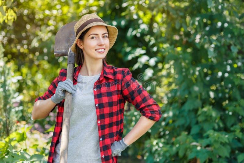 Tuinman met spade stock afbeelding