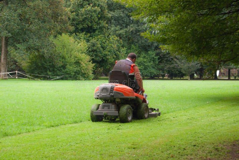 Tuinman scherp gras in weide royalty-vrije stock afbeelding