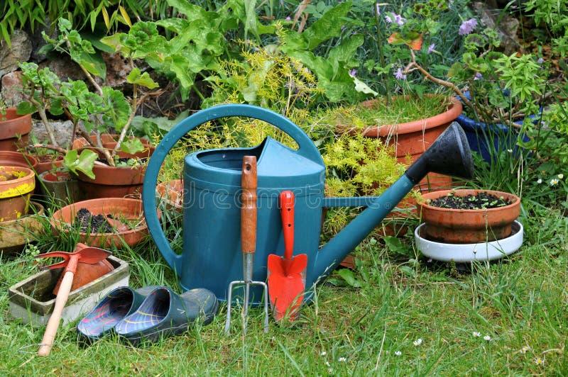 Tuinmateriaal dat op het gras wordt gelegd stock foto