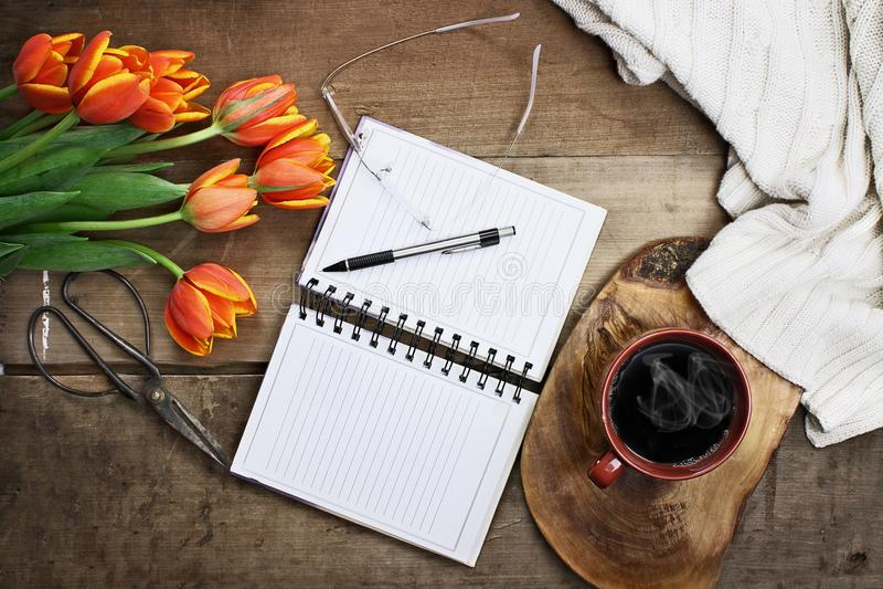 Tuinontwerper met Bloemen en Koffie stock afbeeldingen