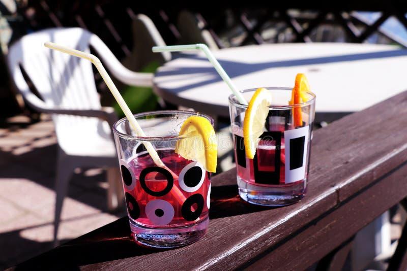 Tuinpartij met goede dranken Coctail met citroen en stro stock fotografie