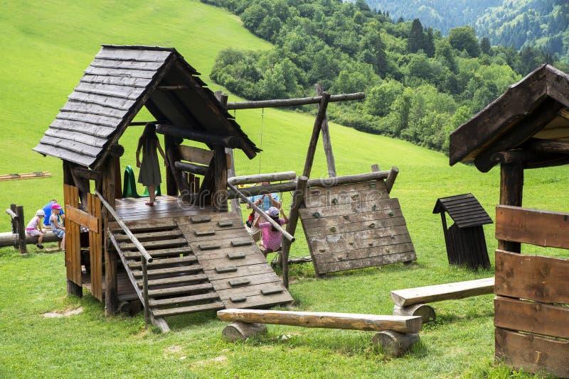 Tuinspelen in Vlkolinec, Slowakije - Unesco-de plaats van de Werelderfenis stock afbeelding
