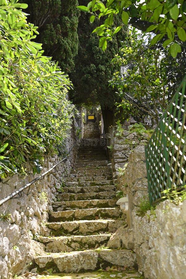 Tuinstappen van een Villa in Anacapri op het Eiland van Capri in de baai van Napels Italië stock afbeeldingen