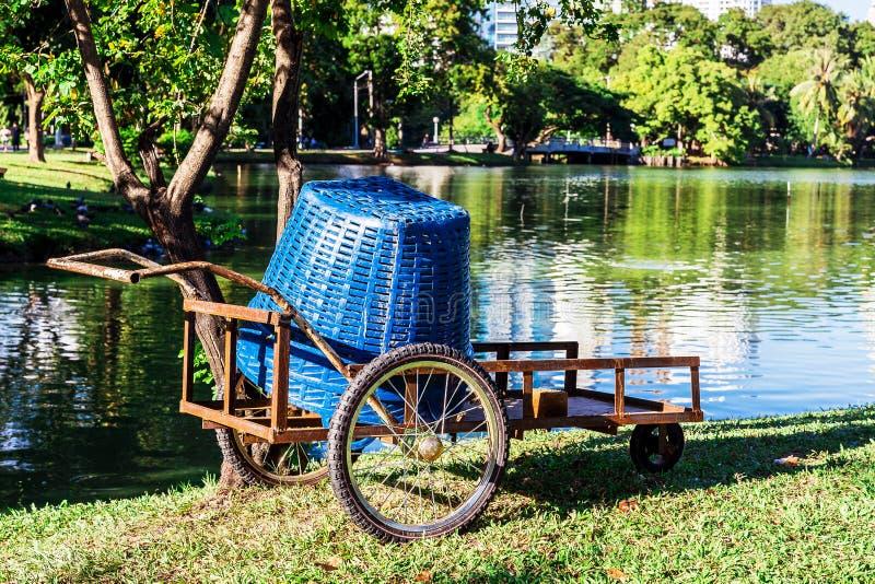 Tuinvrachtwagen bij Lumpini-Park, Bangkok, Thailand royalty-vrije stock foto