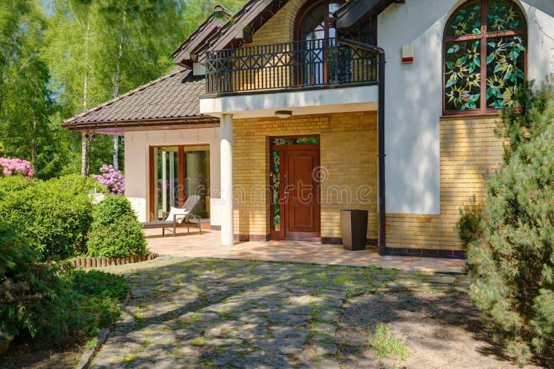 Tuinweg aan het huis stock foto
