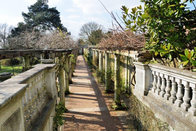 Tuinweg met beton wordt gescherpt dat royalty-vrije stock afbeelding