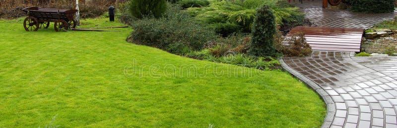 Tuinweg met gras royalty-vrije stock afbeeldingen