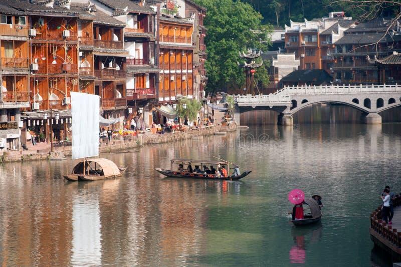 Tujiaetnische minderheid het zingen toont op boot in rivier stock foto's