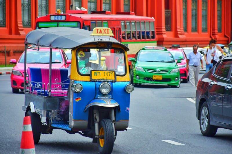 Tuk在街道上的tuk和公众公共汽车在曼谷,泰国 免版税库存图片