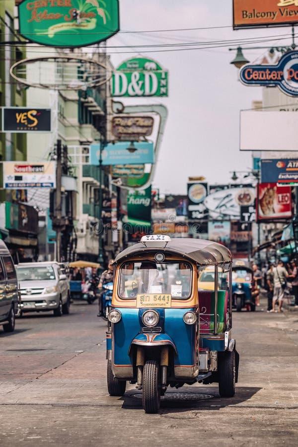 Tuk在Kaosan路的tuk出租汽车在曼谷 免版税库存照片