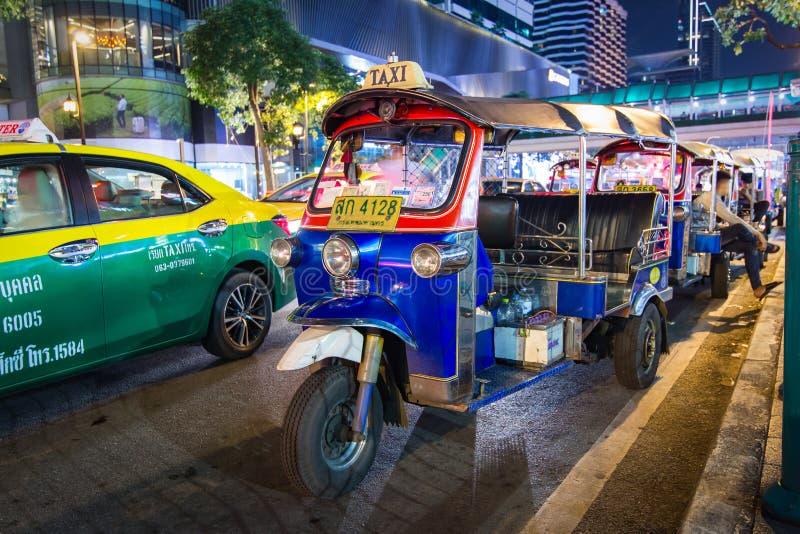 Tuk-Tuk στην οδό που περιμένει τη νύχτα έναν πελάτη στοκ φωτογραφίες με δικαίωμα ελεύθερης χρήσης