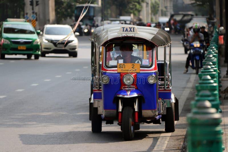 Tuk Tuk, который 3-катят моторизованный корабль используемый как такси ждет и находка для пассажиров на дороге стоковое фото