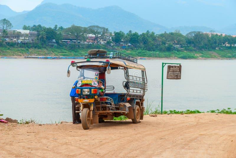 Tuk Tuk die door Mekong rivier, Laos wachten royalty-vrije stock fotografie